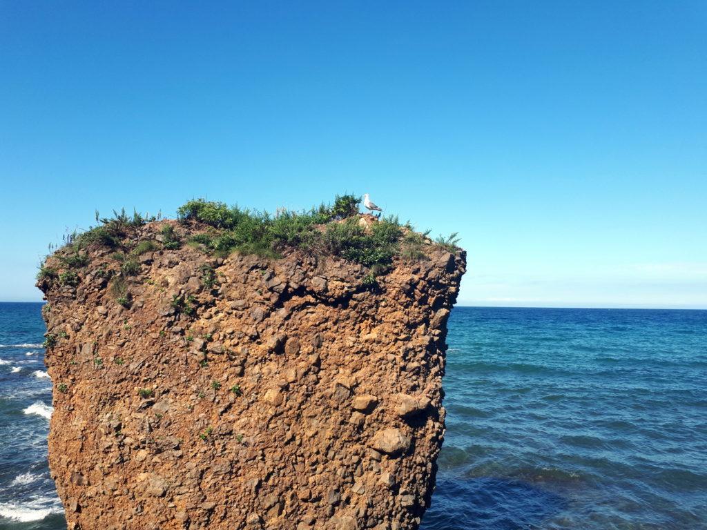 strane formazioni di conglomerato e roccia, come piloni piantati nel mare