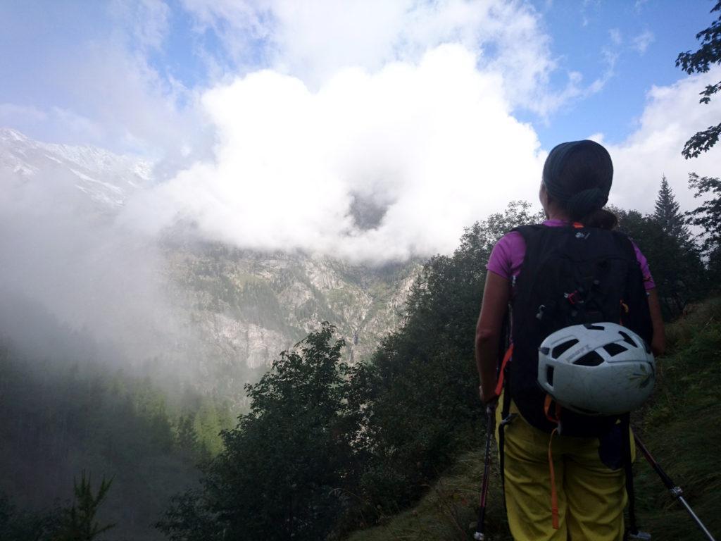il tempo non è bellissimo, ma proprio per questo dipinge scorci bellissimi sulle montagne, attraversate dalle nubi