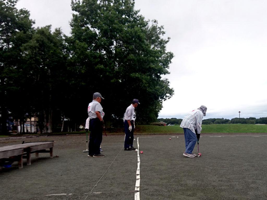 anziani impegnati nel croquet