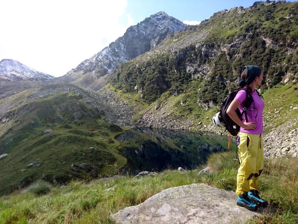 giunti al passo si apre un nuovo scenario: i laghetti di Trivera, la cima sullo sfondo è il nostro Pizzo del Ton
