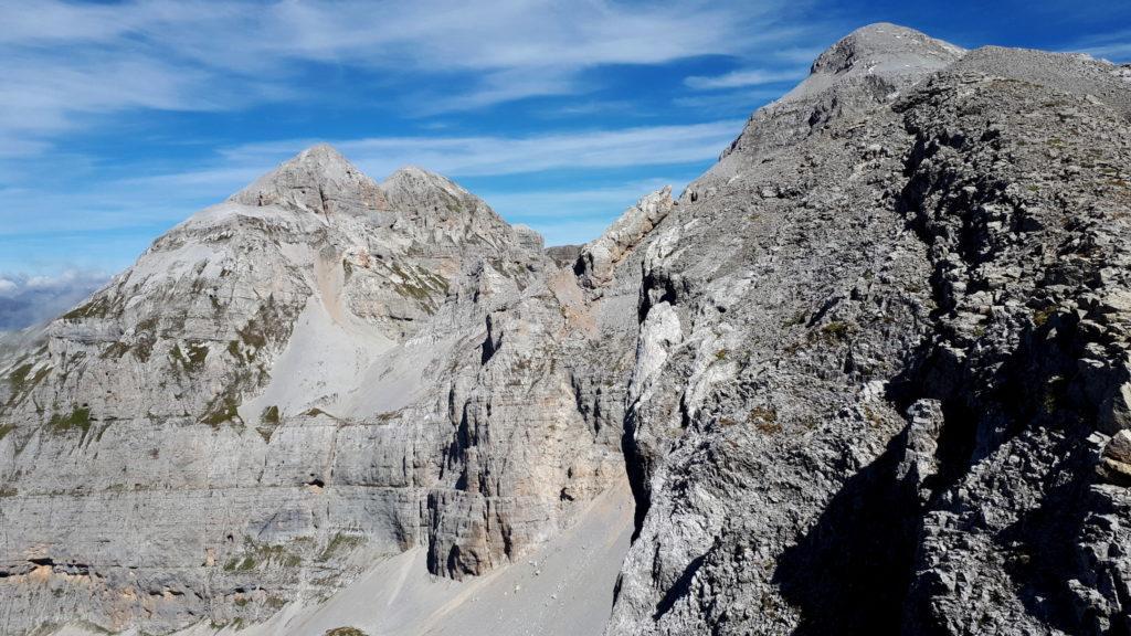 ripresa la cresta, volendo è possibile salire sulla cima del pilastrone appena aggirato salendo su queste rocce rotte.