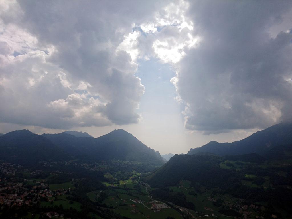 La vista verso la Valsassina. Il meteo ha minacciato ma alla fine non ha fatto neanche una goccia