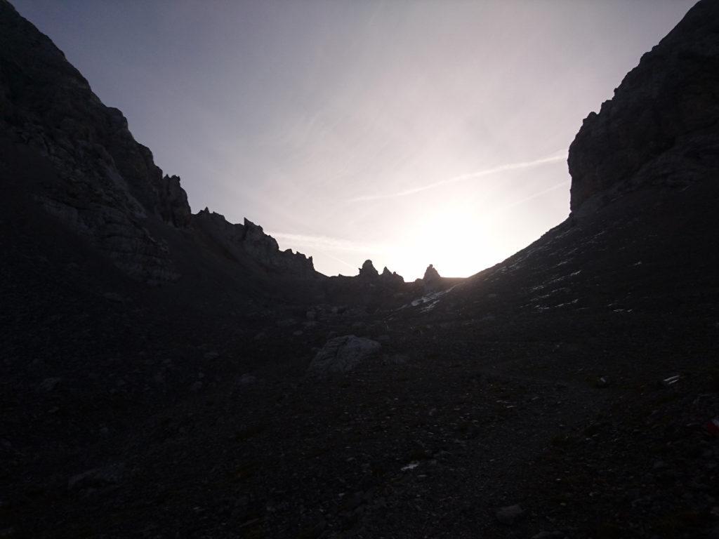 Ultimi metri per la bocchetta dei tre sassi su ghiaione. Da qui, controluce, i tre sassi si distinguono in modo chiaro