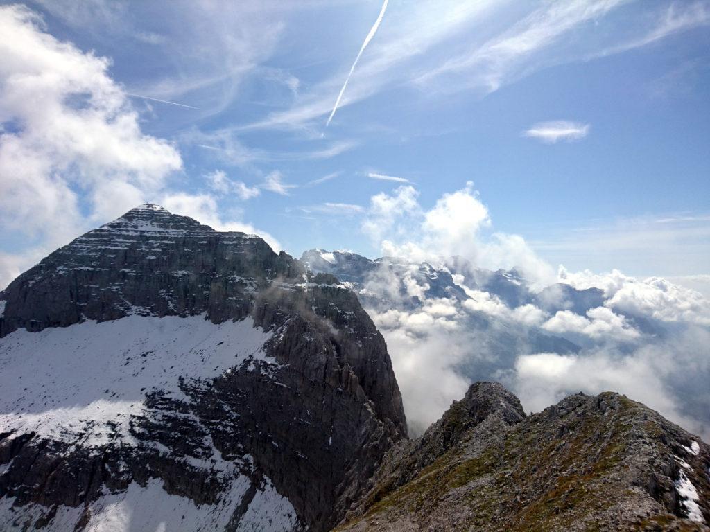 il Brenta si mostra a tratti sullo sfondo tra una nuvola e l'altra