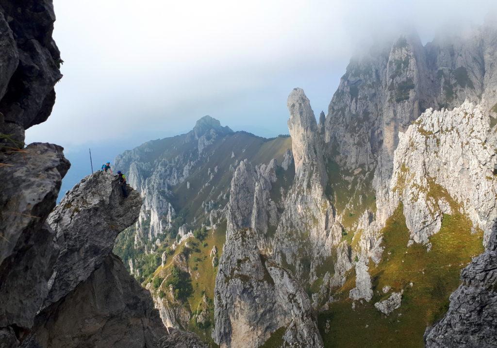 Intanto un'altra cordata è da poco giunta sulla cima del Fungo e c'è una breve apertura delle nuvole che ci permette di godere di un po' di paesaggio