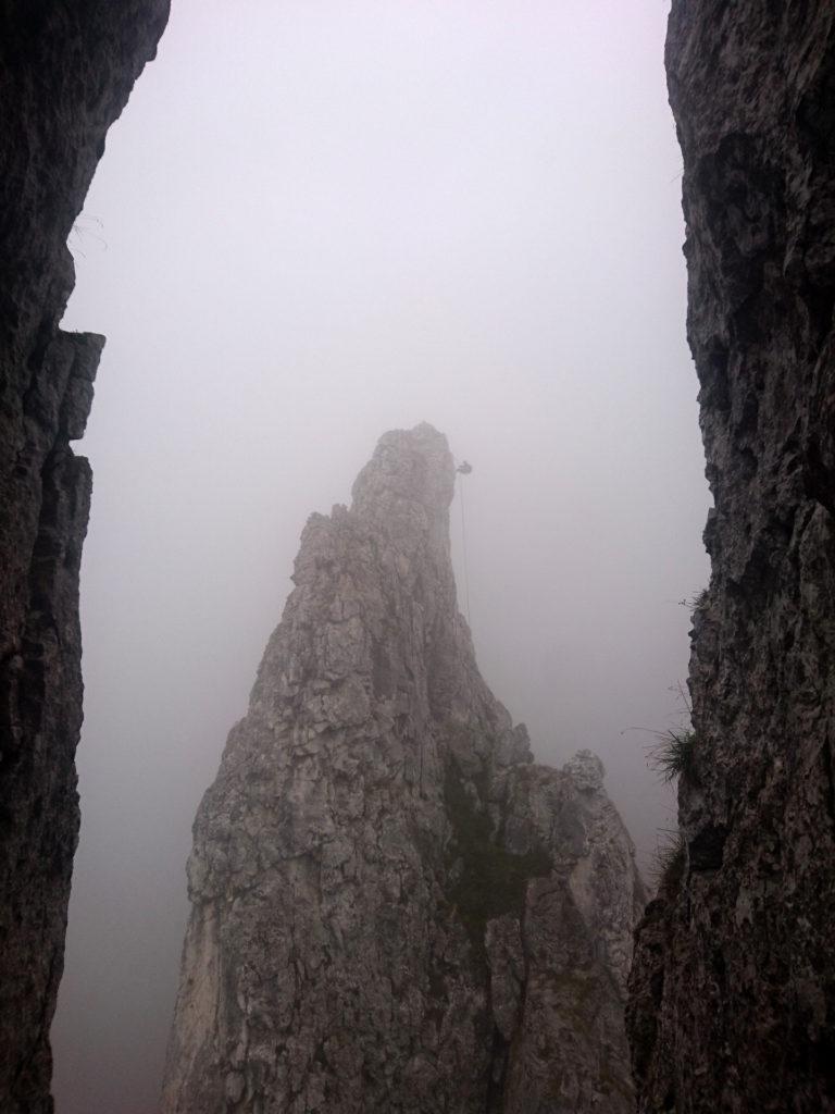 Di fronte a noi c'è già gente che si cala dal Campaniletto, immerso completamente nella nebbia