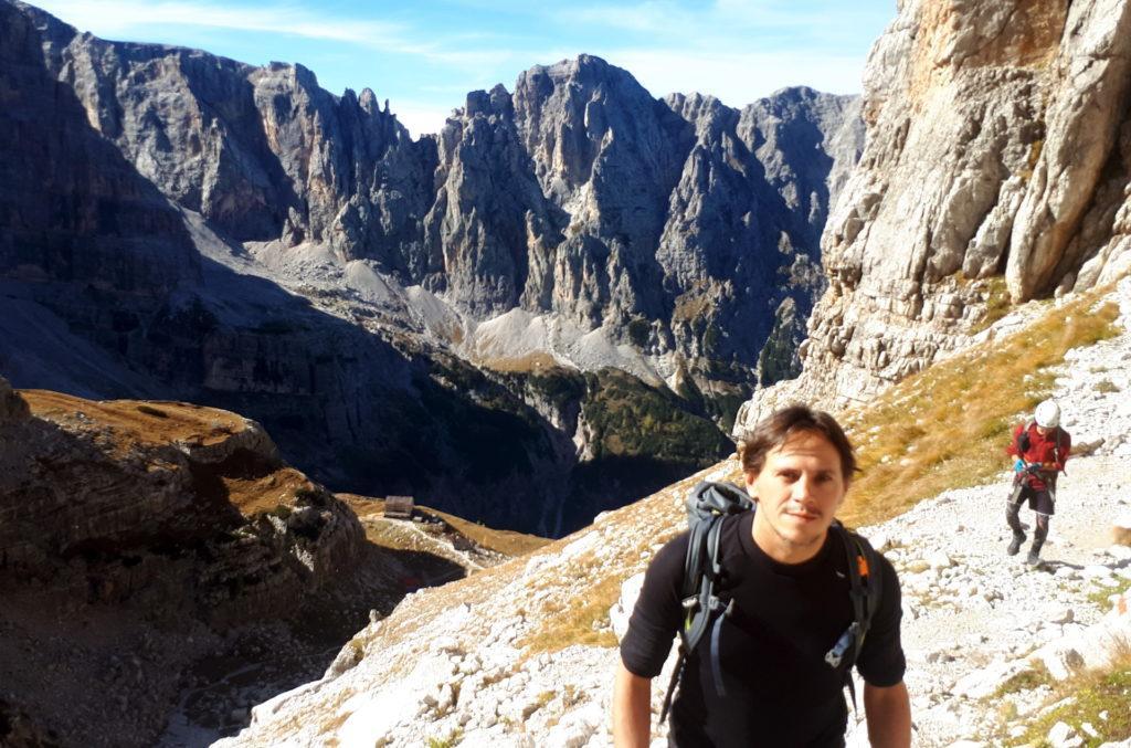 risaliamo verso l'Alimonta: sotto di noi si scorge il Brentei, che raggiungeremo successivamente