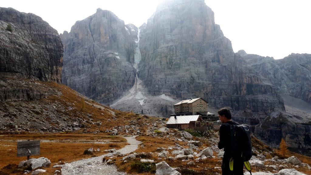 Eccoci arrivati al Rifugio Brentei, sovrastato dal Crozzon del Brenta