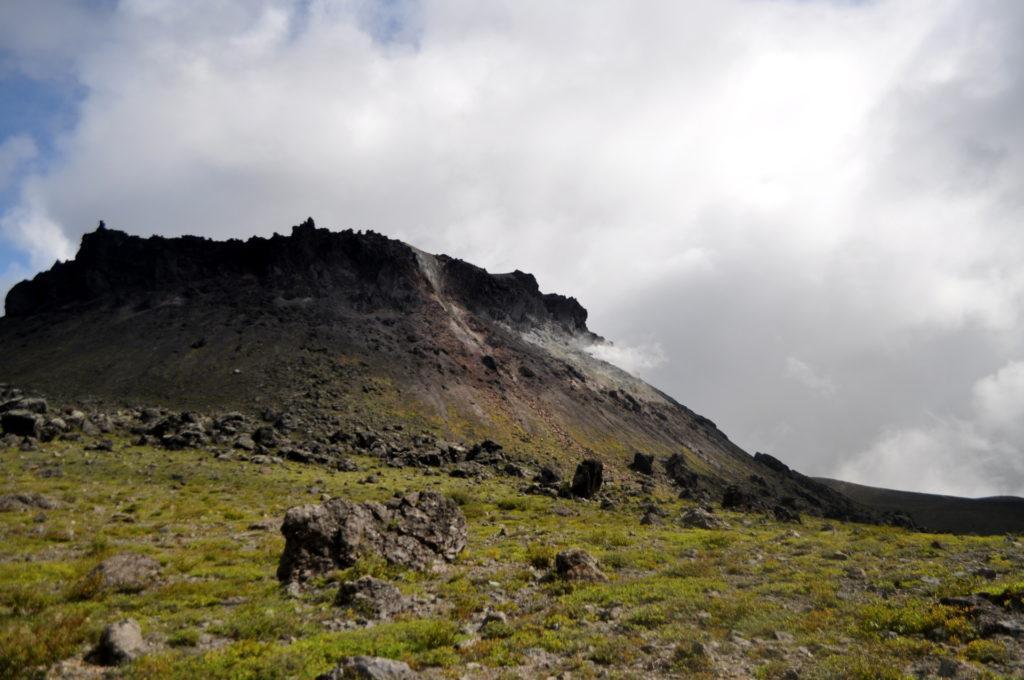 il cratere, attivo, al centro della caldera