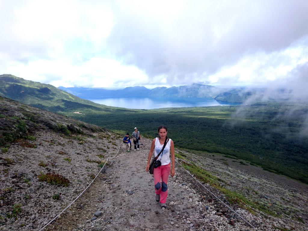 la prima parte del sentiero porta, salendo abbastanza ripida, alla base della caldera