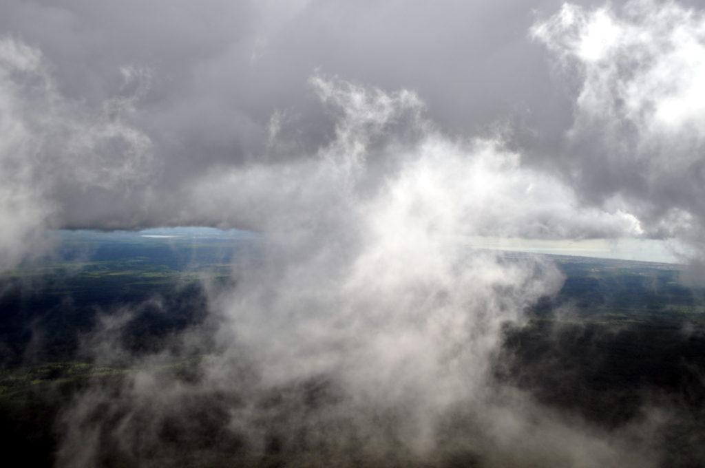 lasciamo sotto di noi le nuvole, che ogni tanto aprendosi ci regalano scorci di paesaggio