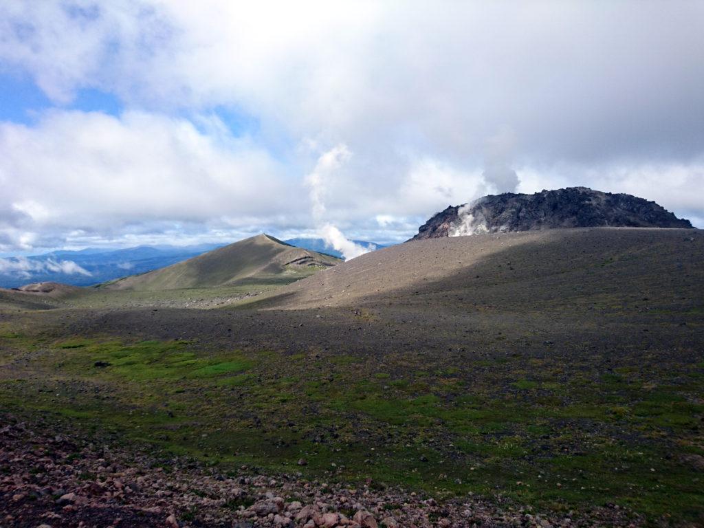 arrivati sulla caldera il sentiero compie un periplo sul suo perimetro