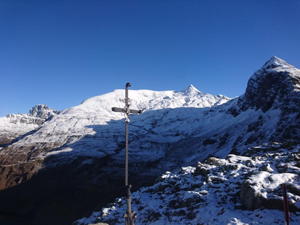 la croce del Passo dei Laghi Gemelli con il Pizzo Farno sullo sfondo