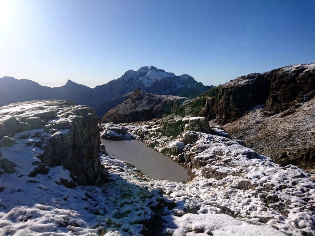 sempre al passo, un piccolo laghetto ghiacciato guardando in direzione opposta