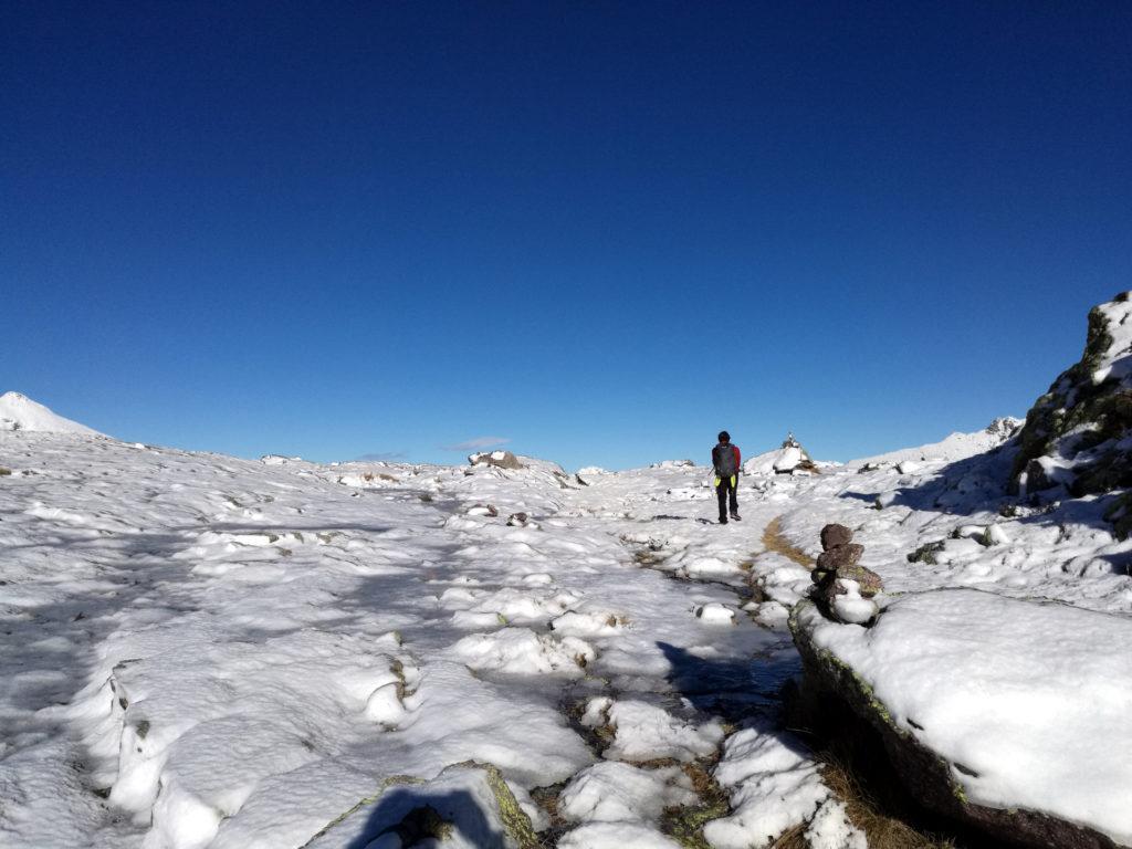 seguiamo gli abbondanti ometti che ci permettono di rimanere in traccia anche se tutto è ricoperto da neve