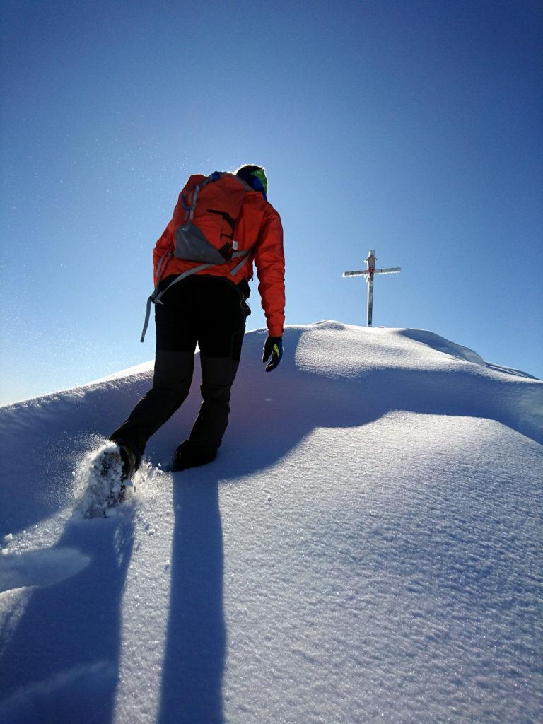 gli ultimi metri in neve farinosa verso la croce di vetta del pizzo Farno