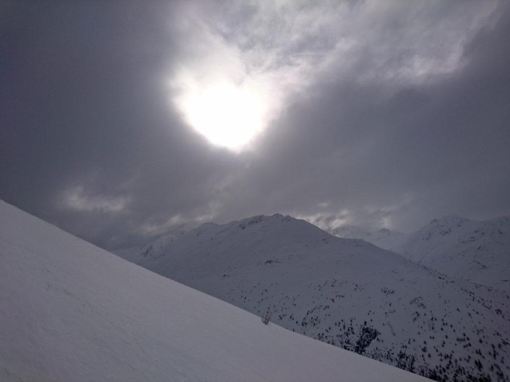 Il sole lotta per farsi vivo tra le nubi e ogni tanto ci riuscirà anche. Ma già che non piova è un miracolo!