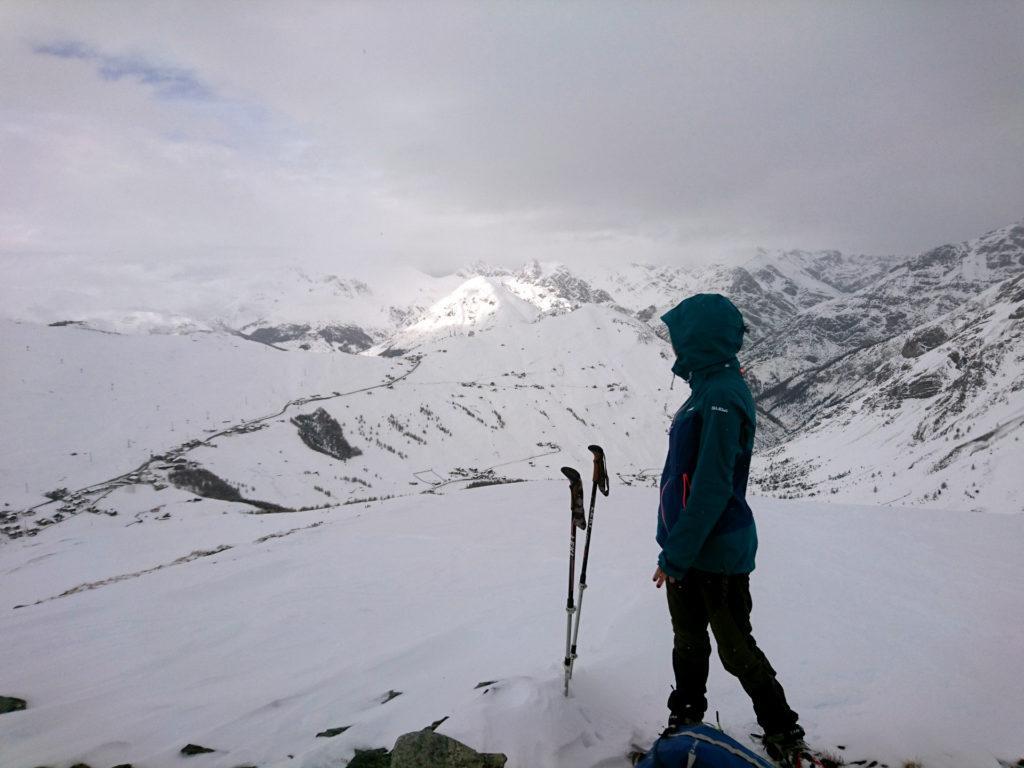 Erica sull'anticima con dietro il passo che conduce verso Livigno city