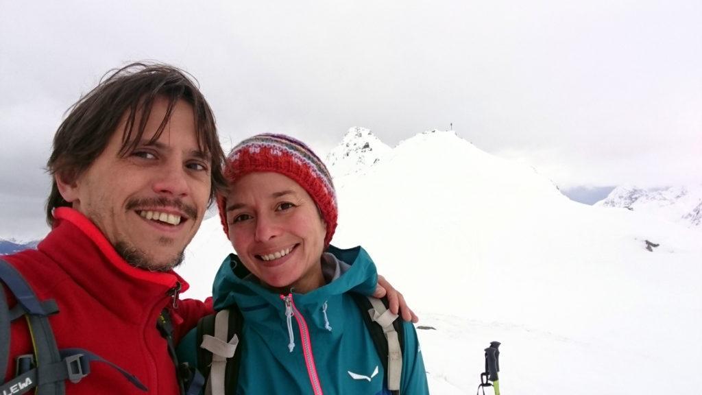 Selfie di quasi vetta insieme. Io poi proseguirò ancora un pezzettino con gli sci fino alla cimetta subito dietro di noi