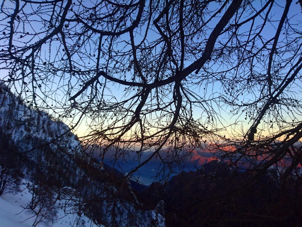 gioco di vedo - non vedo - con la splendida alba sul lago