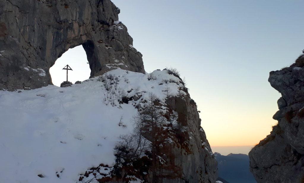 l'Arco di Prada e l'alba tra le rocce