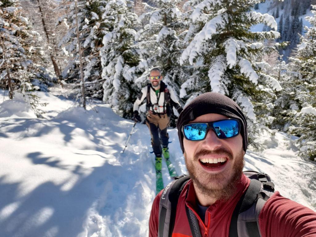 Si ripella! Su per un bel boschetto carico di neve in direzione della capanna Piansecco