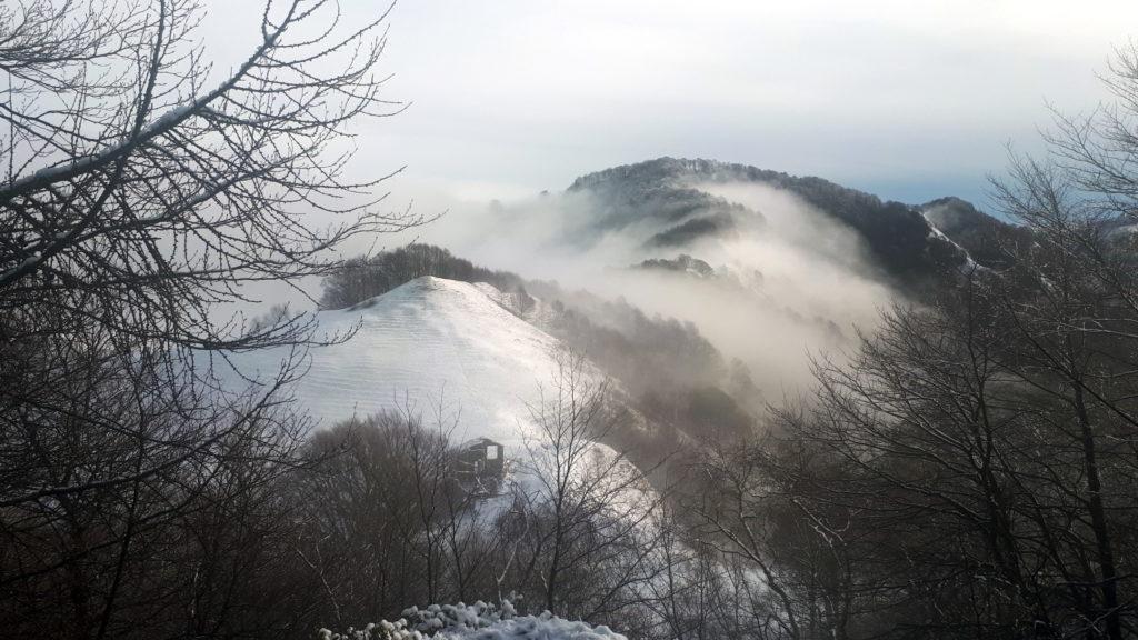 la bocchetta di Desio vista dall'alto con le nuvole incastonate sopra