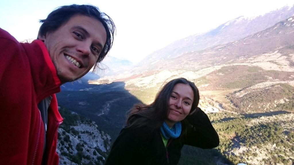 selfie di vetta con Valle del Sarca illuminata dal sole