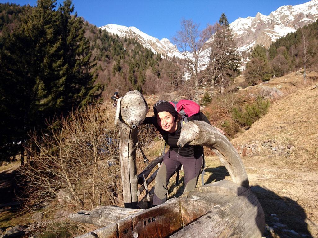 Erica con la curiosa fontana dell'agriturismo Ferdy