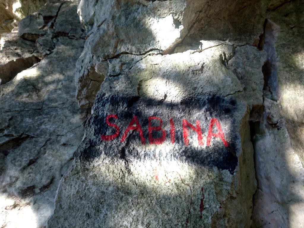 l'evidente scritta che segna l'attacco della via Sabina