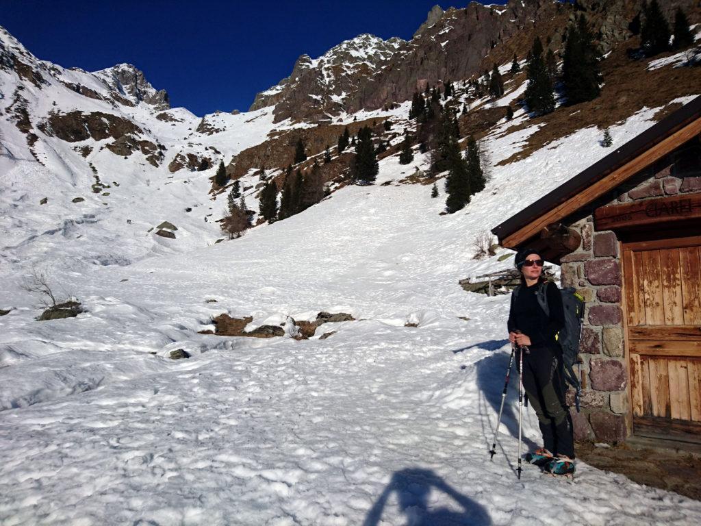 Giunti alla baita Ciarei inforchiamo i ramponi e iniziamo la salita sulla neve