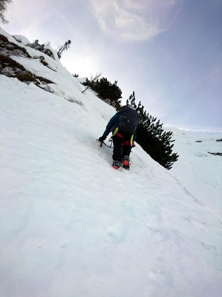 ci spostiamo verso destra, cercando neve un po' più compatta