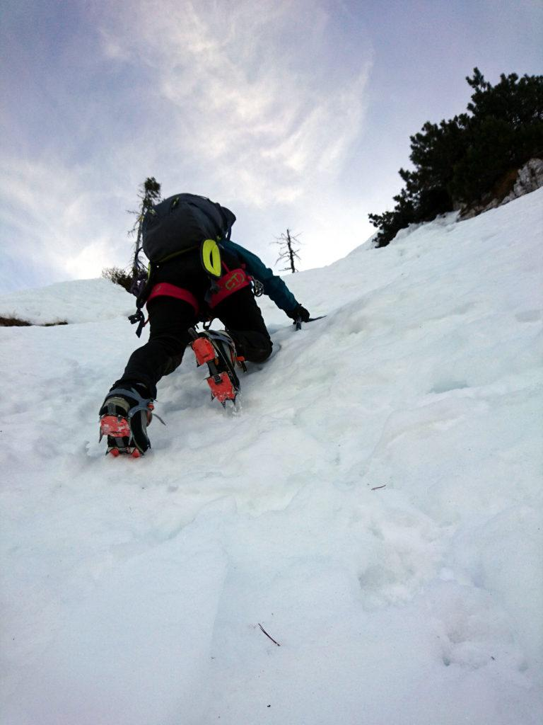 in corrispondenza dei grossi mughi e dei salti rocciosi vi sono profondi buchi nella neve, fortunatamente ben visibili
