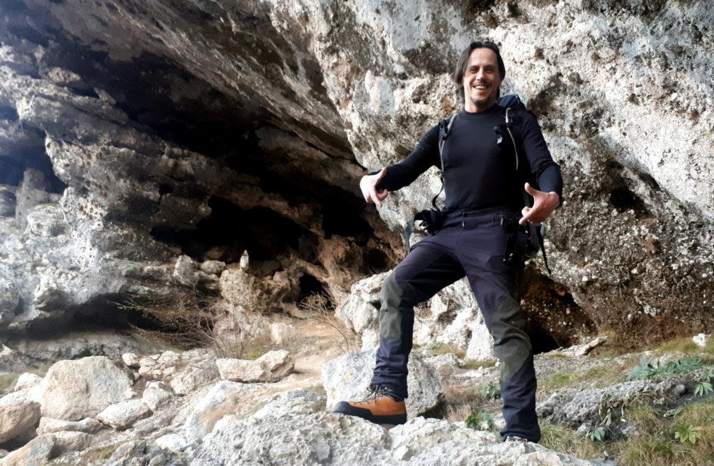 la grotta naturale di Corna Busa, protetta dalla consueta Madonnina... quanto all'altro soggetto, lasciamo stare