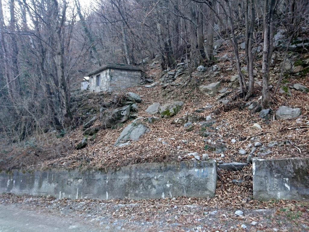 50 metri dopo il serbatoio trovate il sentiero da imboccare per raggiungere l'attacco. Poi.....auguri! ;)