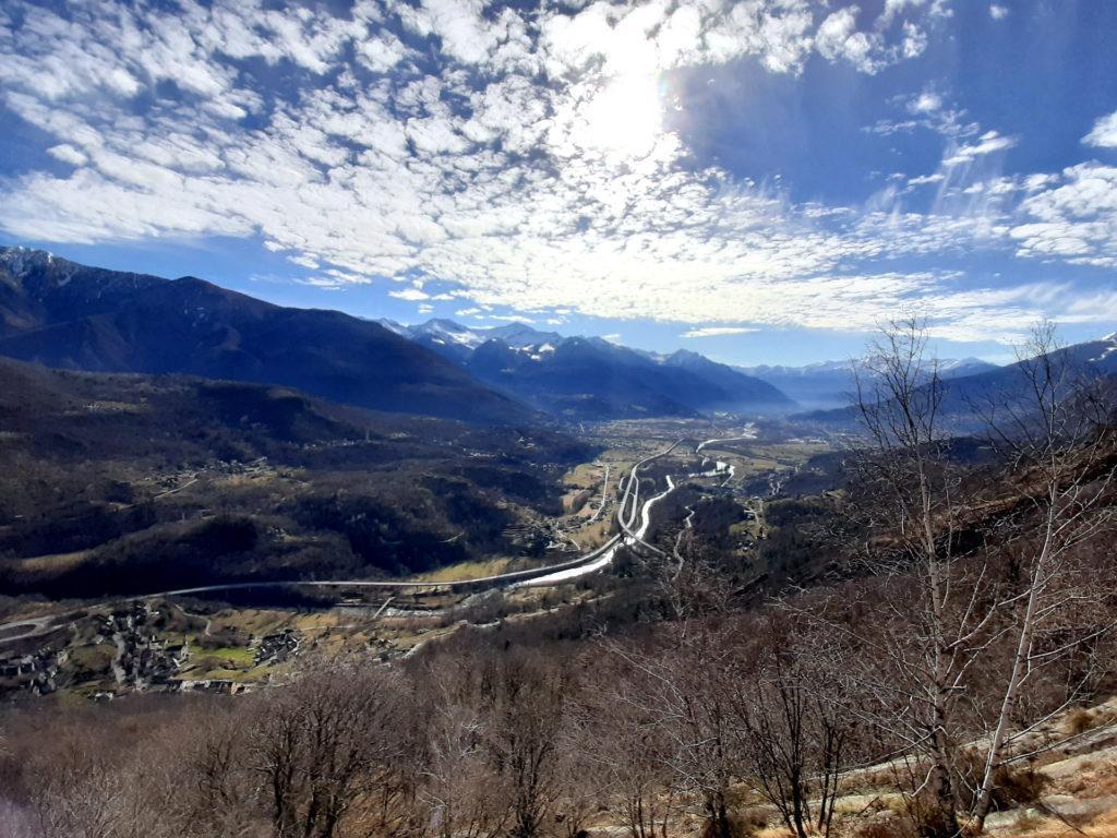 la via garantisce una spettacolare vista sulla parte alta dell'Ossola