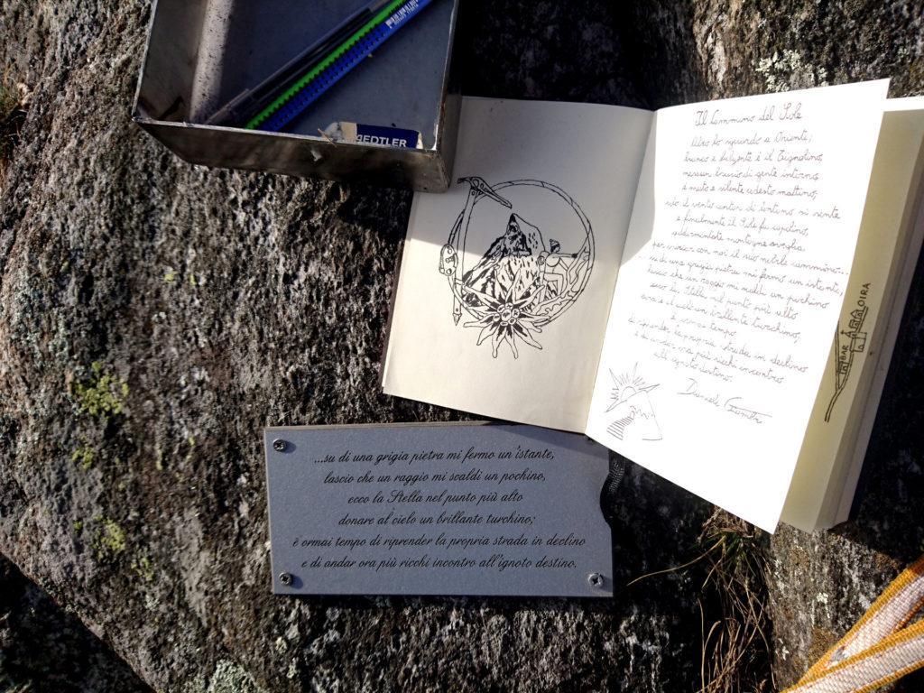 Lo splendido libro di vetta, con tanto di disegni a china, e la targa di vetta che completa la poesia presente all'attacco