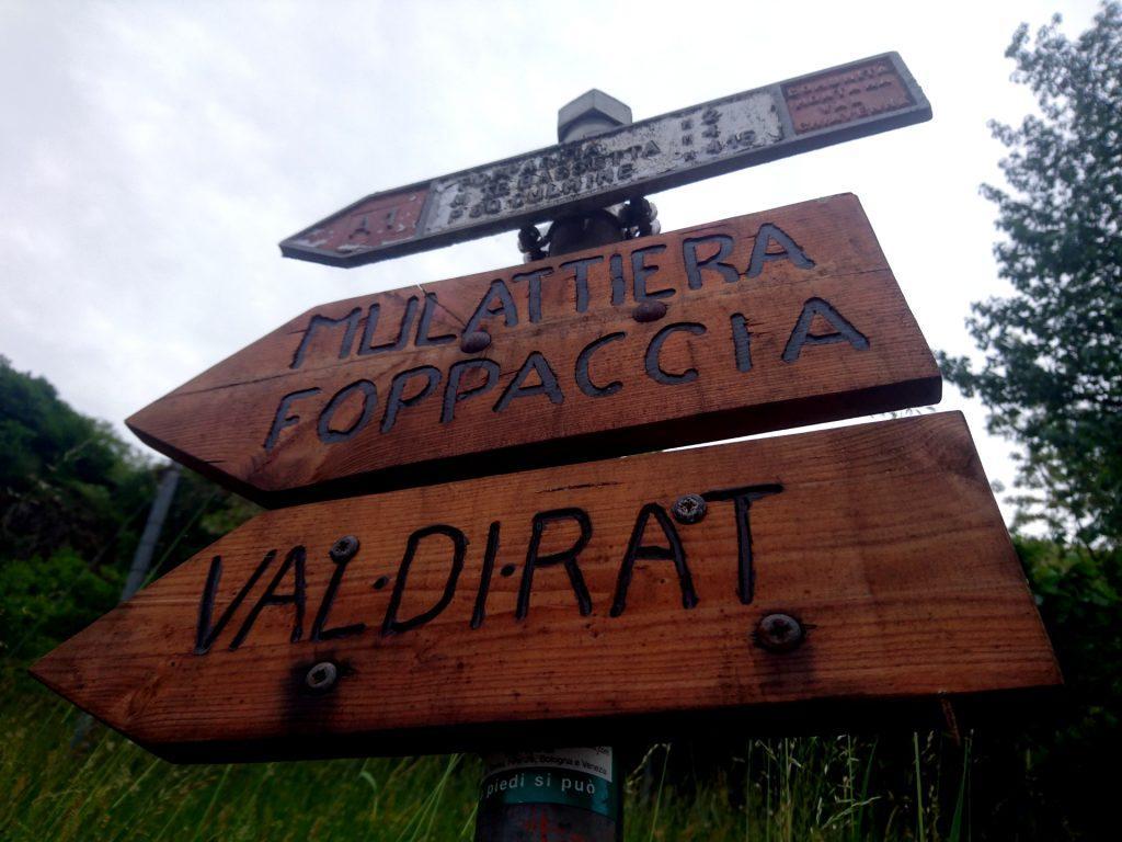 Le indicazioni in legno subito accanto al parcheggio in via Molino, a Verceia