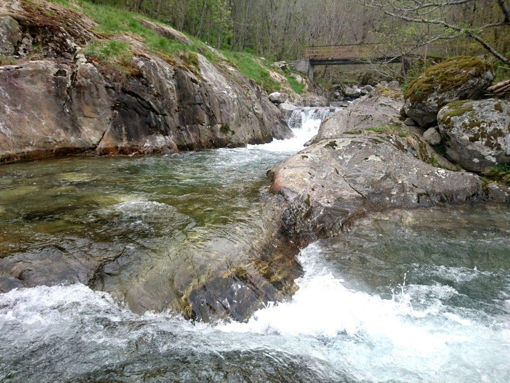 il torrente Ratti e il ponte che lo attraversa sotto alle baite Moledana