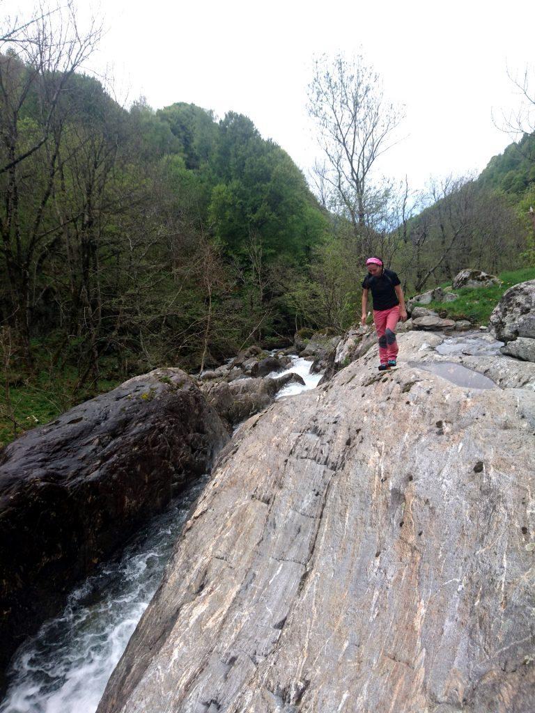 In questo punto il torrente forma un canyon naturale dove la corrente è fortissima. Attenti a non finirci dentro!!