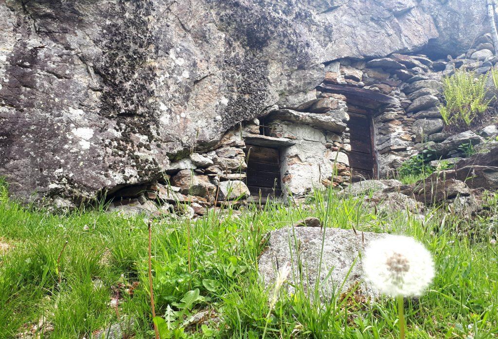 Due cantine ricavate sotto una roccia naturale