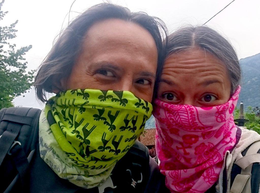 Prima di inoltrarci nel bosco portiamo i nostri foulard versione covid a tutela degli abitanti del paesino anche se così sembriamo due banditi!