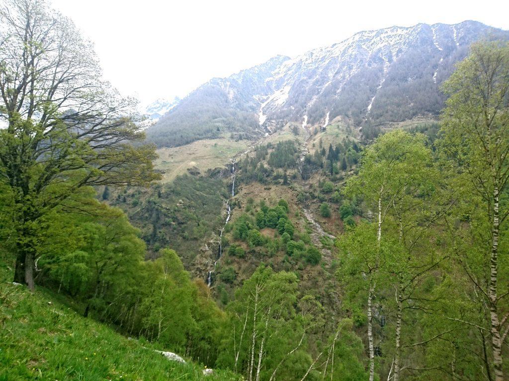 L'altissima cascata che scende sul versante orografico sinistro del torrente Ratti vista da sotto Frasnedo