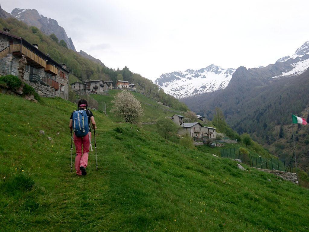 Lo splendido borgo di Frasnedo e sullo sfondo le montagne che fanno da testata alla val dei Ratti