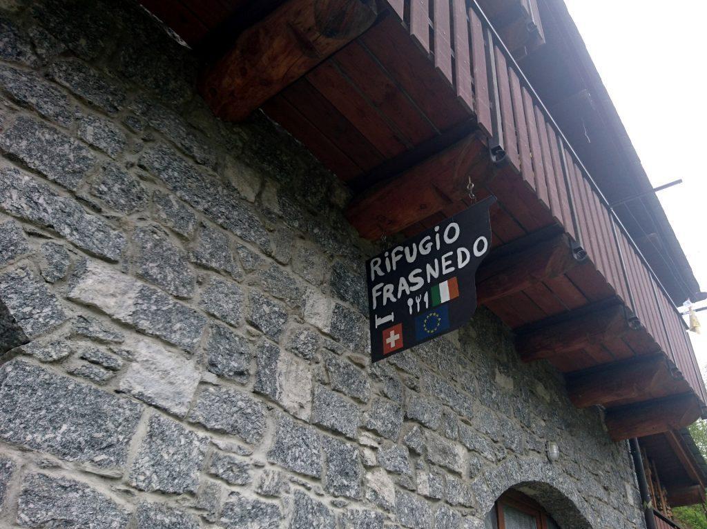 Il rifugio Frasnedo è un ottimo punto d'appoggio per chi vuole risalire questa lunga valle ma al momento è chiuso causa covid