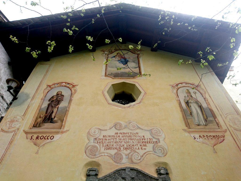 La facciata dell'antica chiesa del borgo di Frasnedo
