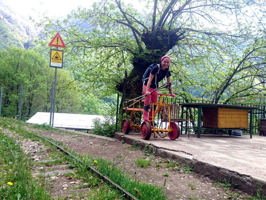 Erica gioca su uno dei vecchi carrelli presenti accanto alla ex ferrovia del Tracciolino