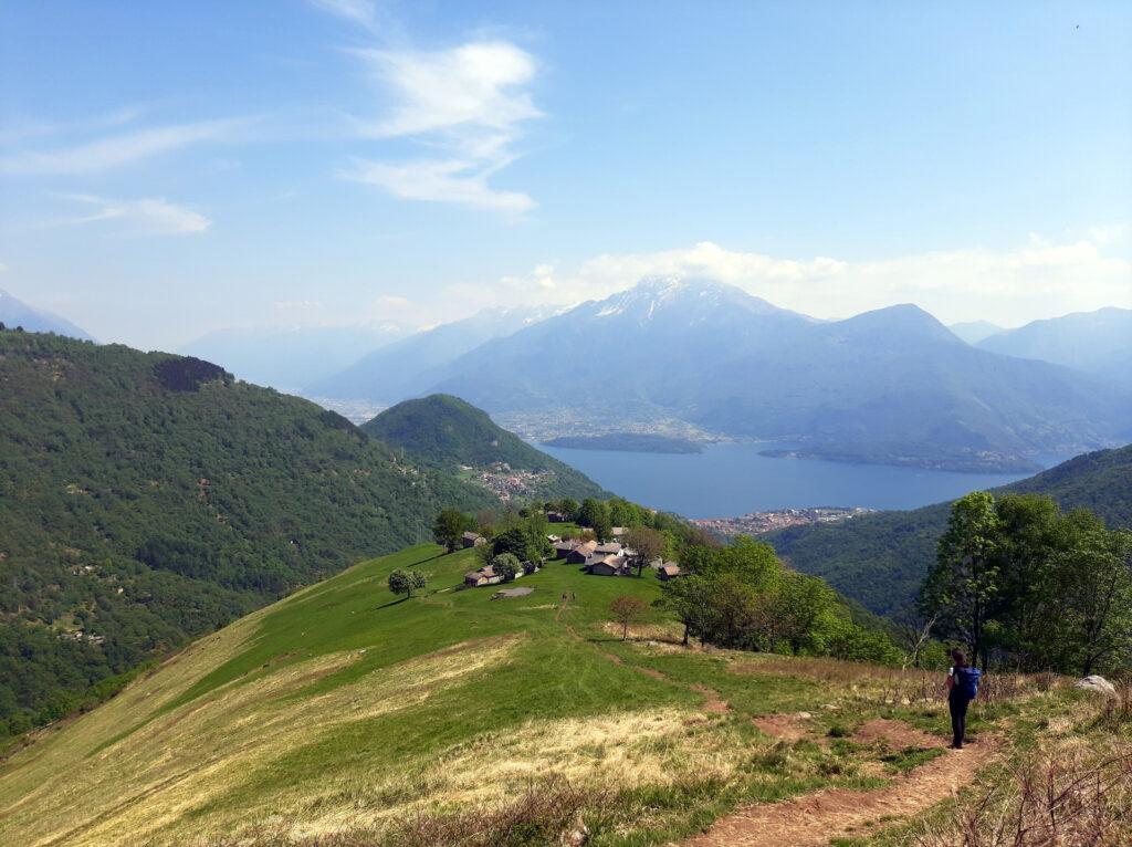 splendida vista del borgo di Rossino con il lago di Como sullo sfondo
