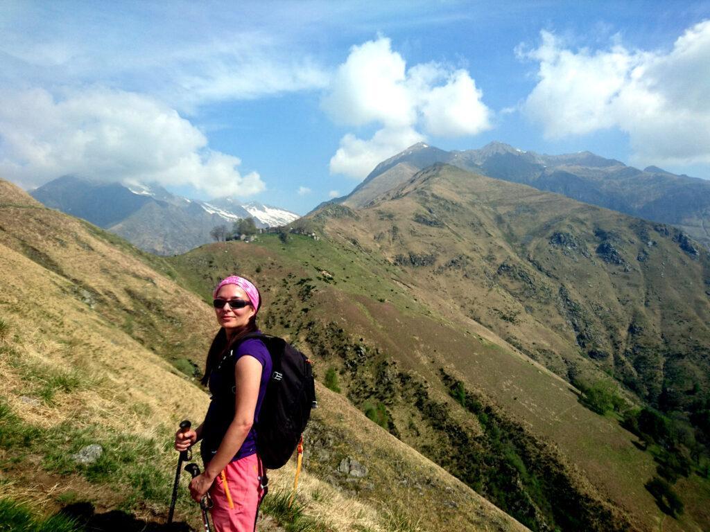Erica con alle spalle la nostra cresta e il borgo di Piaghedo