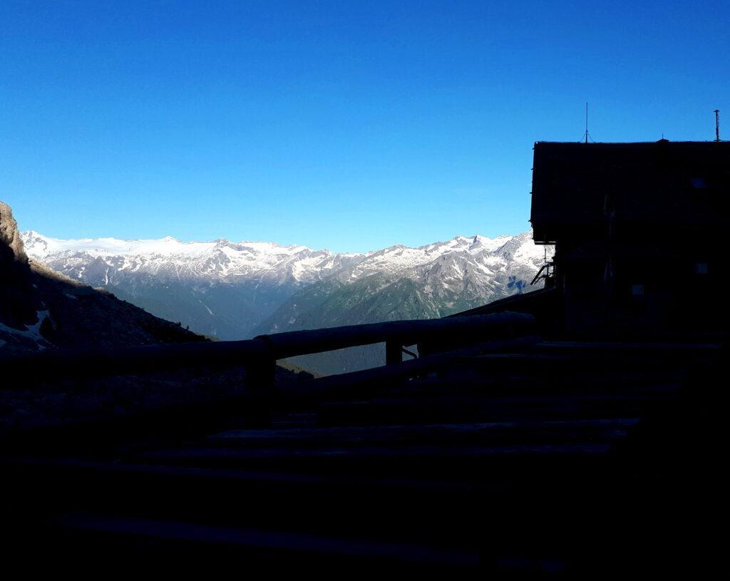 Silouhette del Tuckett con il ghiacciaio dell'Adamello sullo sfondo